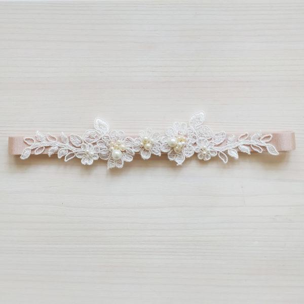 Béžový svatební podvazek s krajko