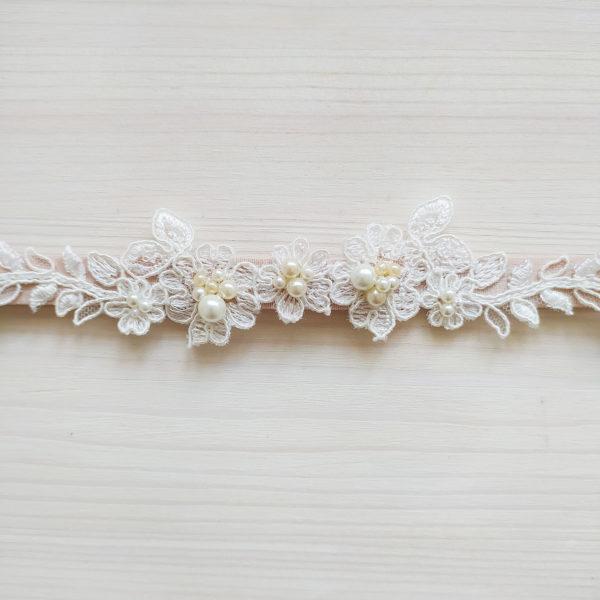 Béžový svatební podvazek s krajkou a perličkama