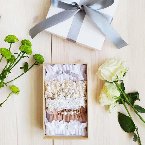 Svatební podvazek ve smetanové barvě v krabičce
