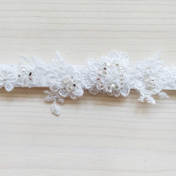 Svatební podvazek bílý s krajkou a kamínky