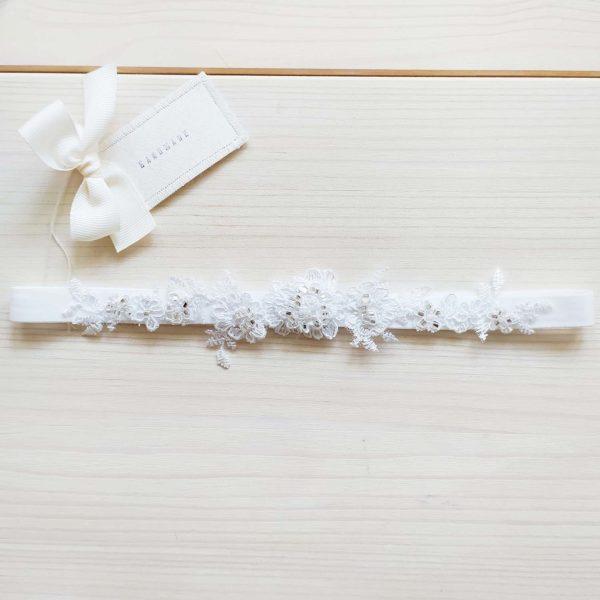 Svatební podvazek s krajkou a kamínky bílý