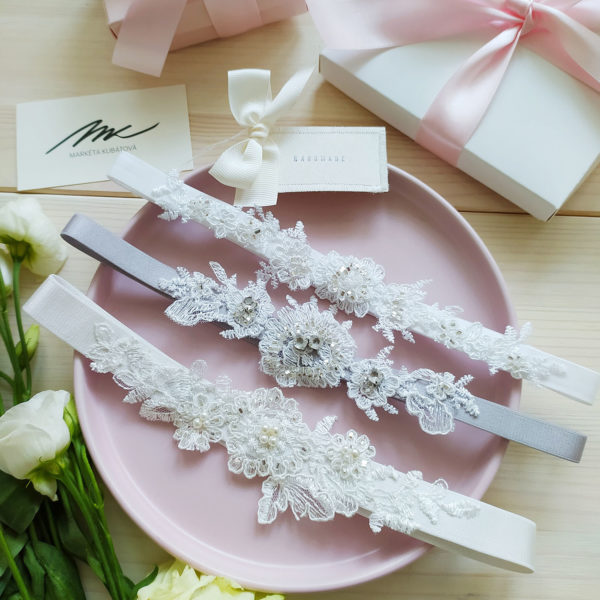 Luxusní bílý podvazek pro nevěstu s krajkovou výšivkou a kamínky