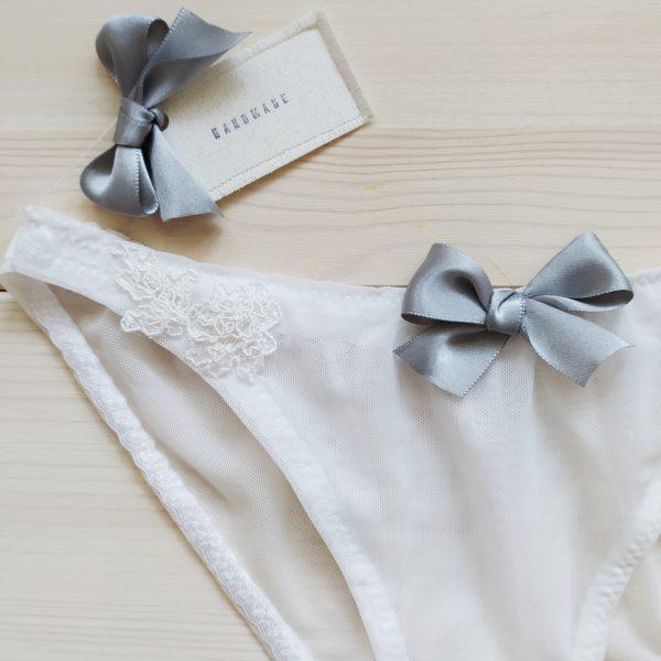 Svatební kalhotky bílé s šedou mašlí