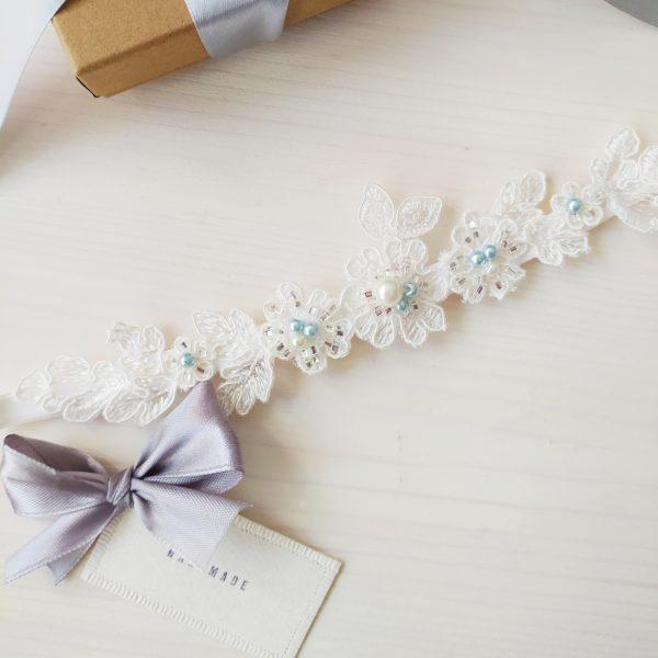 Modrý svatební podvazek s krajkou a perličkami